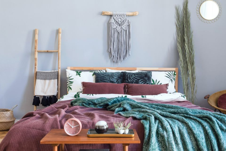 Getragene Kleidung aufbewahren: Schlafzimmer mit Kleiderleiter