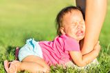 Kind weint am Fuß der Mutter