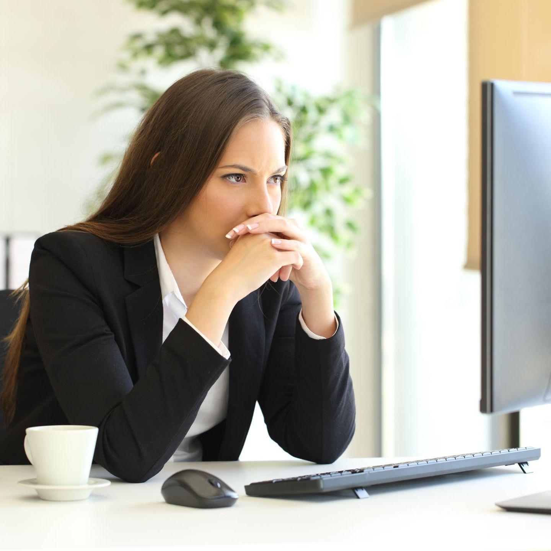 Familienleben: Frau arbeitet am Computer