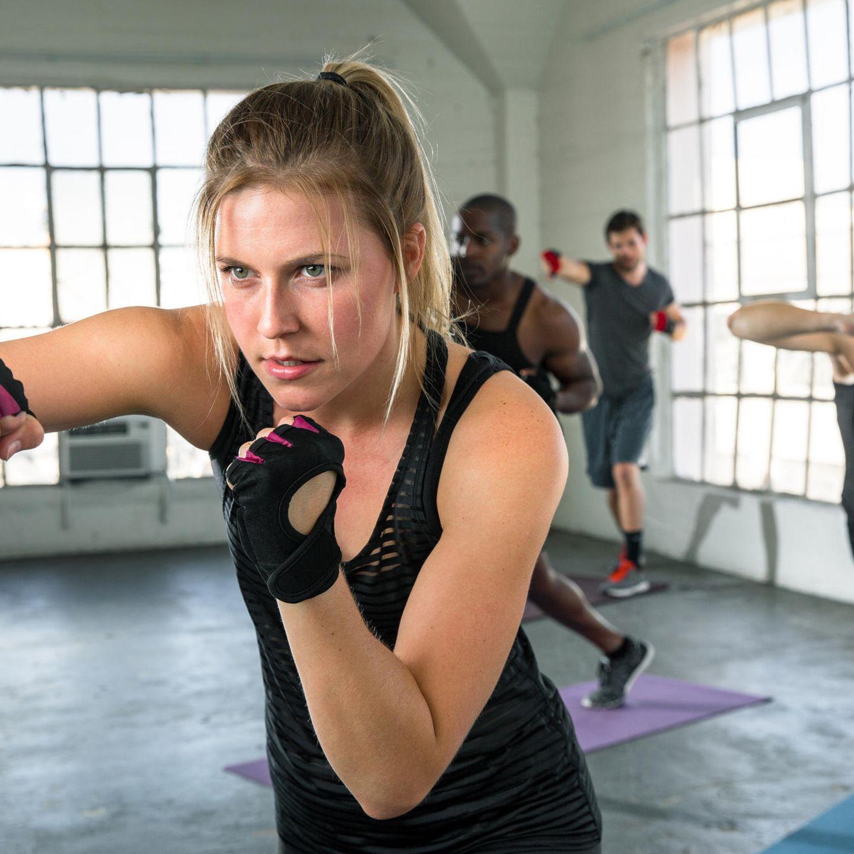 Familienleben: Frau beim Kampfsport