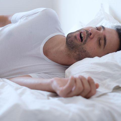 Baby-Schlaf: Schnarchender Mann