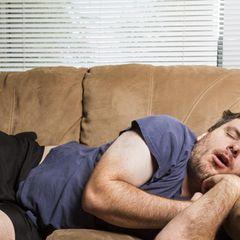 Baby-Schlaf: Mann schläft auf Sofa