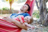Baby-Schlaf: Papa und Baby schlafen in Hängematte
