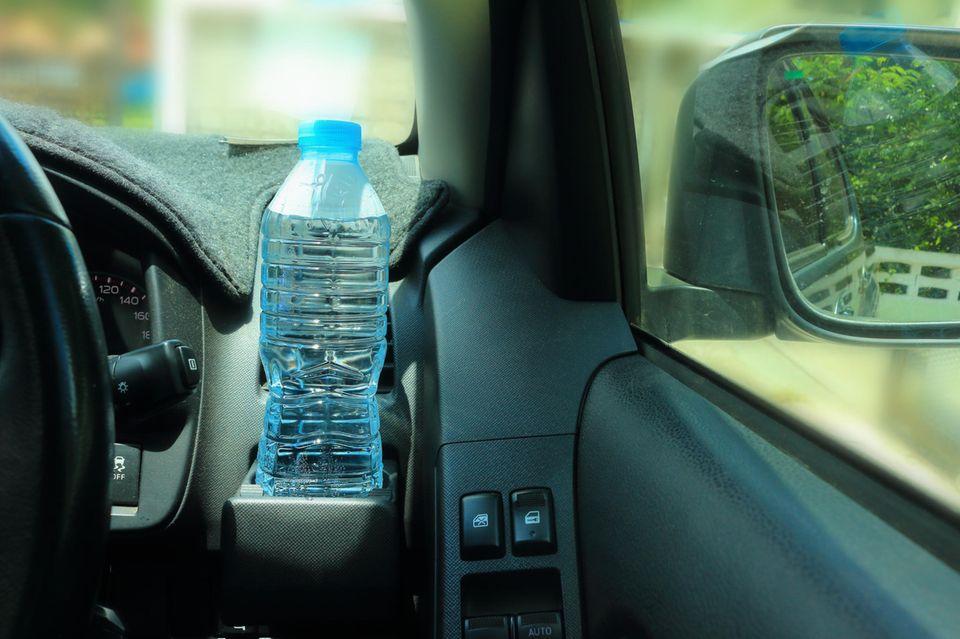 Diese Gefahr bergen Plastikflaschen im Auto an warmen Sommertagen