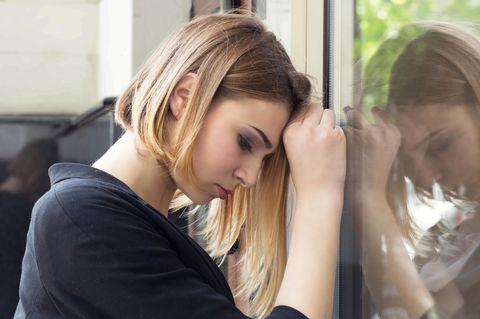 Wann sollte man nicht um eine Beziehung kämpfen? Eine nachdenkliche Frau ballt die Faust