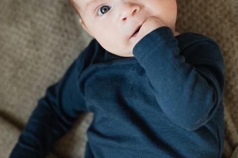 Alltagspannen: Zehn Mütter und Väter erzählen: Baby mit Hand im Mund