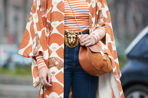 Mode-Muster: Frau trägt orangenes Outfit