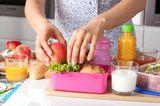 Alltag mit Kind: Frau bereitet Brotdose vor
