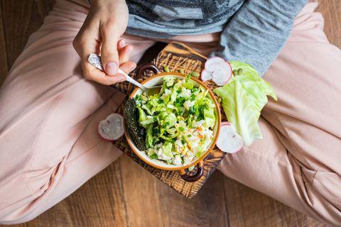 : Frau mit SalatMit diesem Trick wird welker Salat ganz einfach wieder schön knackig
