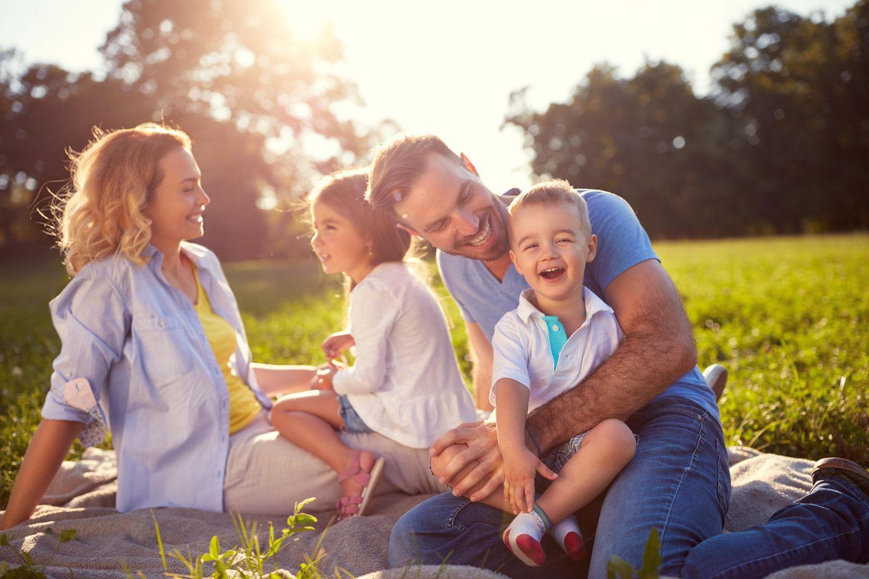 Zweites Kind: Familie spielt zusammmen