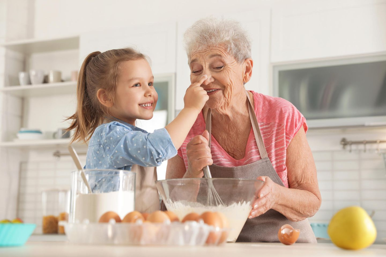 Zweites Kind: Kind backt mit Oma
