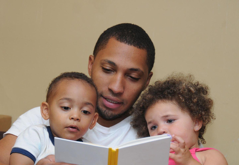 Zweites Kind: Vater liest seinen Kindern vor