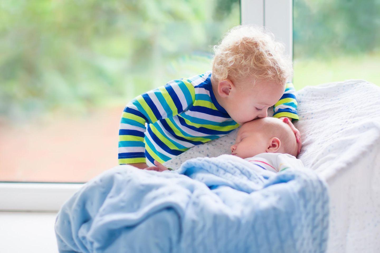 Zweites Kind: Kind gibt Schwester ein Gutenachtkuss