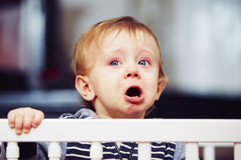 Zweites Kind: Baby weint im Kinderbett