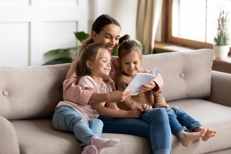 Zweites Kind: Mutter liest Geschichte vor
