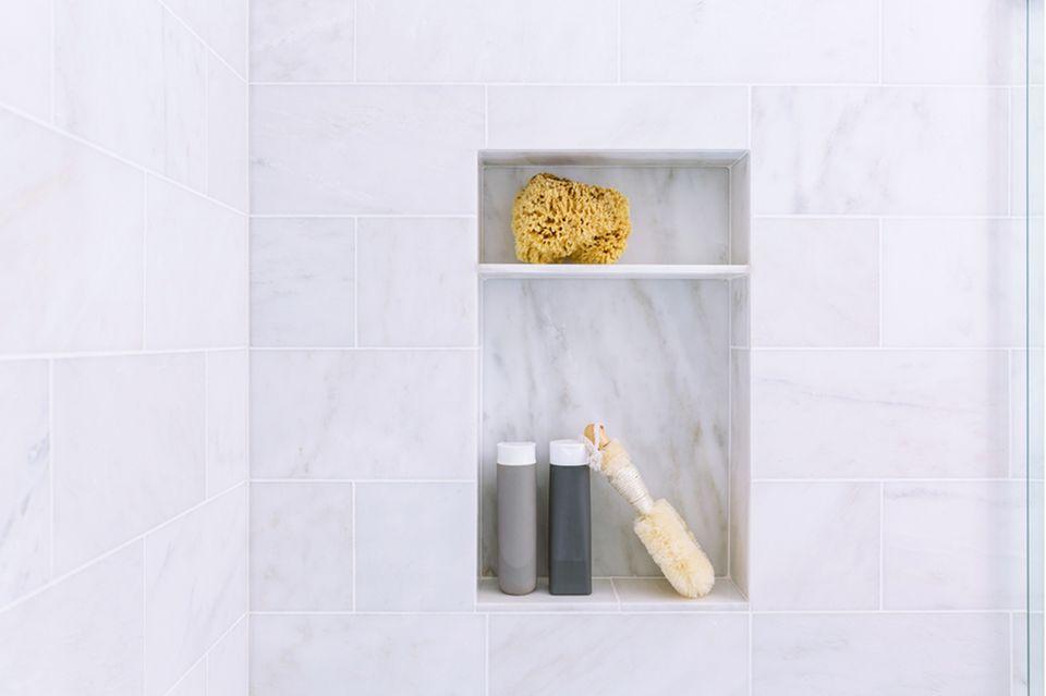Stauraum im Bad: Eingelassenes Wandregal