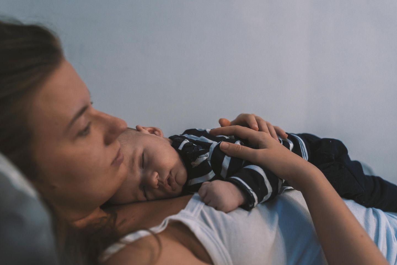 Mama-Stress: Mutter mit Baby auf dem Bauch