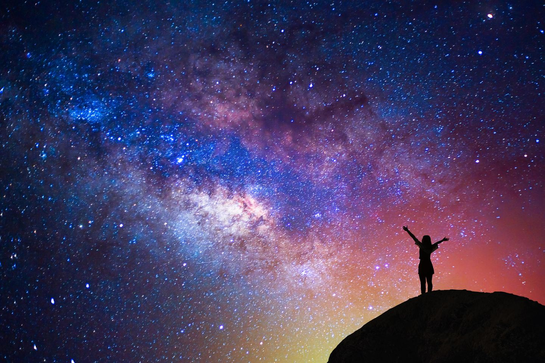 Diesen Sternzeichen bringt die Sternschnuppen-Nacht am 12. August am meisten Glück! Frau vor Nachthimmel