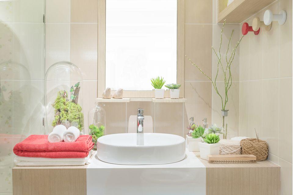 Stauraum im Bad: Badezimmer mit Spiegel