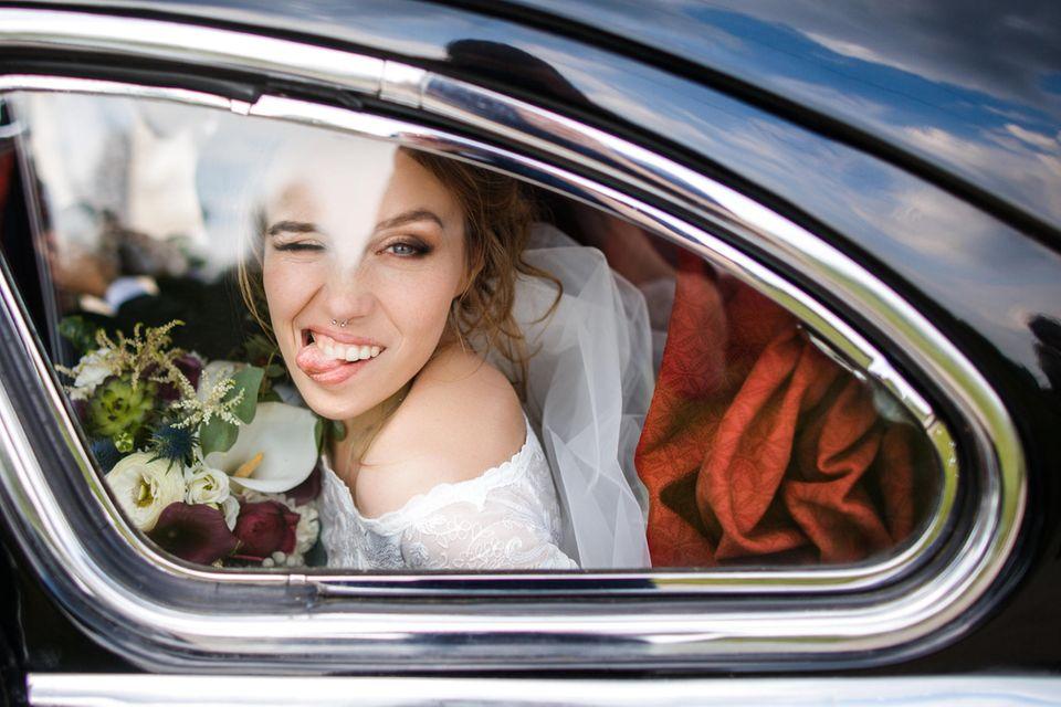 Günstige Brautkleider: Frau shoppt Brautkleider
