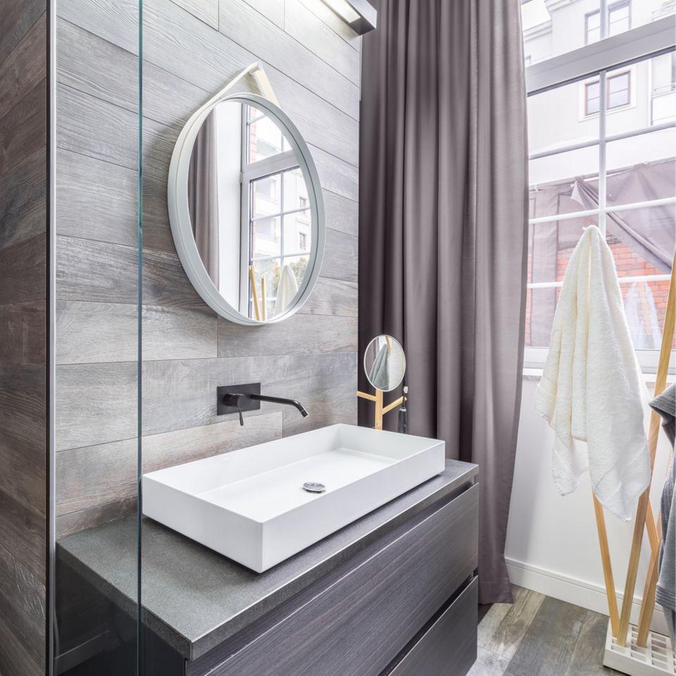 Stauraum im Bad: Badezimmer mit Spiegel und Unterschrank