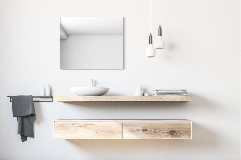 Stauraum im Bad: Badezimmerspiegel und hängender Unterschrank