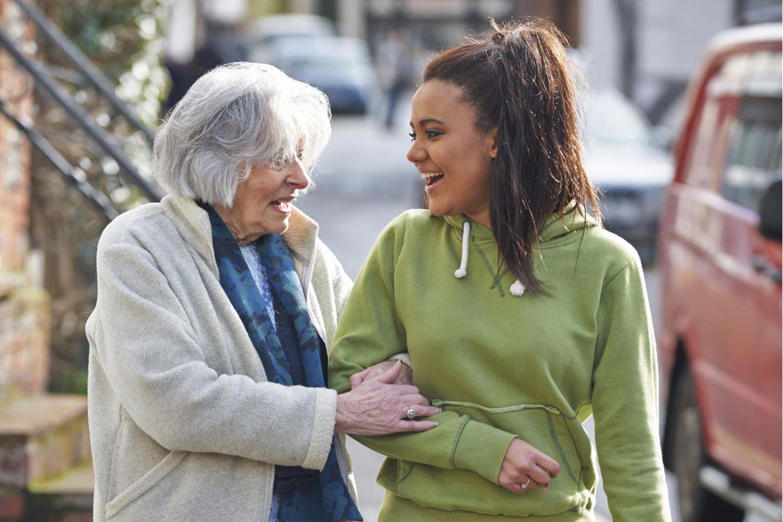 Jobs mit Sinn: Frau mit älterer Dame