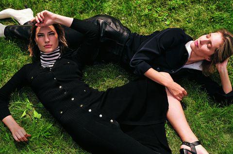 Mode im Herbst: zwei Models auf Wiese