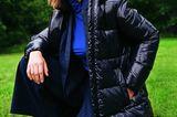 Trendteil Puffer-Jacket: Model in blauer Puffer-Jacke