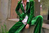 Stofftrend Samt: Model in grünem Samtanzug