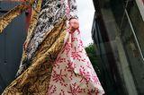 Trendteil Kleid: Model mit langem Kleid und Lederstiefeln