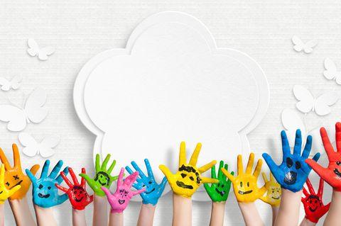 Fingerfarben selber machen: Kinderhände mit Fingerfarbe