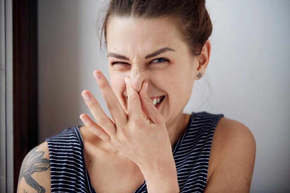 5 Deo-Fehler, die wir fast alle machen: Frau hält sich Nase zu