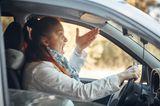 Schlechte Mutter? So ein Quatsch!: Frau sitzt fluchend im Auto