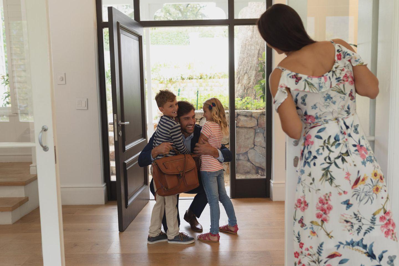 Schlechte Mutter? So ein Quatsch!: Vater begrüßt Familie nach Feierabend