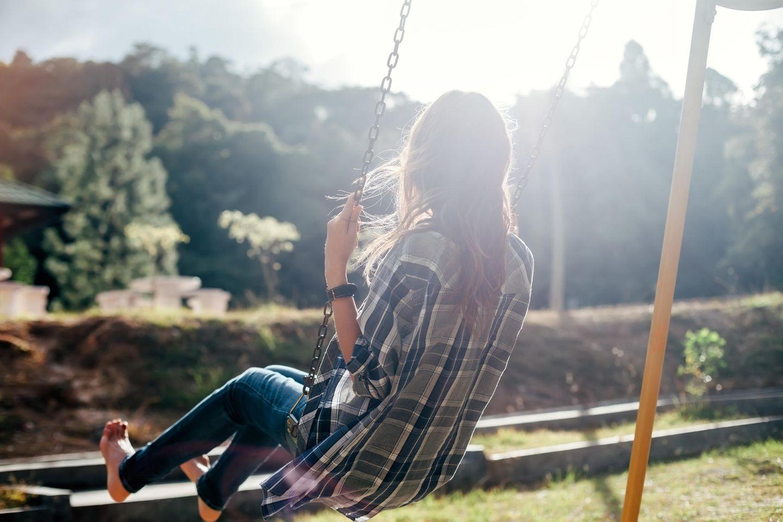 Mit Gefühlen umgehen: Eine Frau auf einer Schaukel