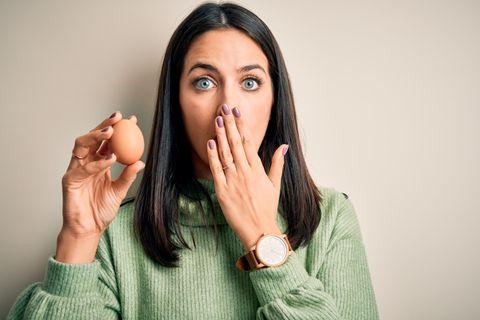 Fehler, den wir alle beim Eierkochen machen: Frau mit Ei