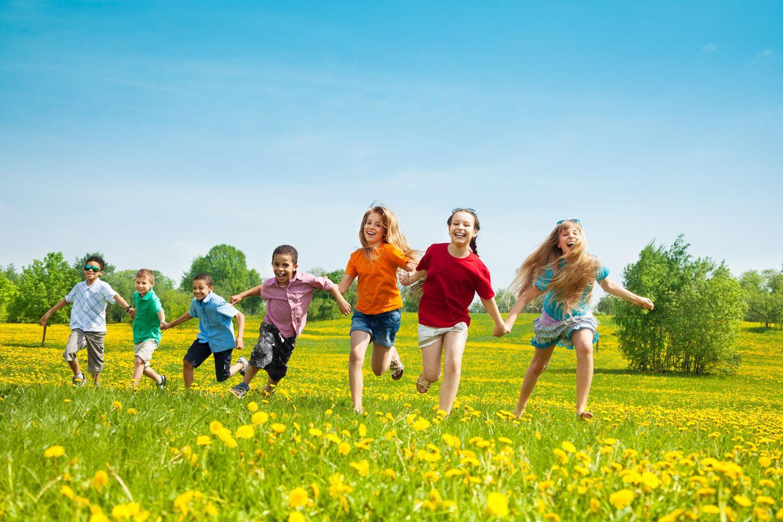 Kinderspiele für draußen: Kinder spielen draußen