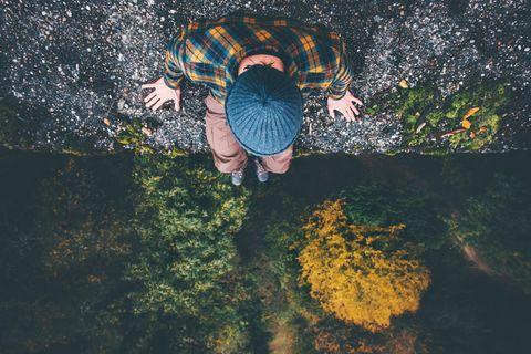 Reddit: Ein Mann sitzt auf einem Felsen und schaut hinunter