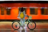 Städtereise: Frau mit Fahrrad