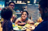 Kinderentwicklung: Familie am Tisch