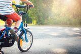 Kinderentwicklung: Kind fährt Fahrrad