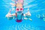 Kinderentwicklung: Kind schwimmt