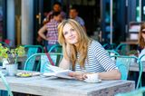 Städtereise: Frau im Café