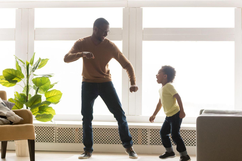 Endlich toben ohne Stoppschild!: Onkel tanzt mit Sohn