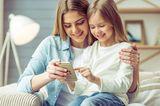 Medienerziehung: Kind und Mutter mit Handy