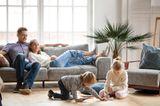 Medienerziehung: Familie entspannt