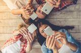 Medienerziehung: Familie mit Handy