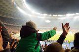Kind auf Schulter von Onkel im Stadion