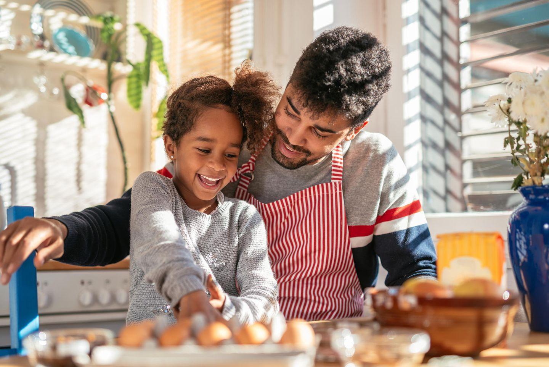 Manche Onkel können das super, da kann man richtig was lernen! Und selbst wenn nicht: dann darf es –im Gegensatz zum Essen der Eltern - wenigstens ungesund sein.